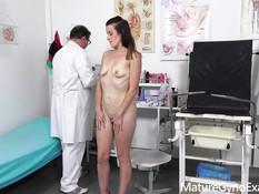 Развратный гинеколог ебёт вибратором и секс машиной молодую шатенку