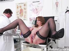 Гинеколог оттрахал секс-машиной пышную пожилую даму с большой грудью