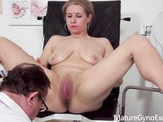 Доктор гинеколог оттрахал секс машиной зрелую пышногрудую блондинку
