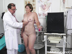 Во время посещения гинеколога зрелая шатенка оттрахана секс машиной