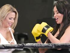 Две намазанные маслом зрелые пышногрудые лесбиянки ебутся в спортзале