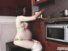 Беременная русская шатенка с большой грудью трогает большой животик