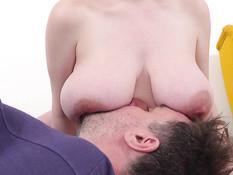 Небритый мужик лижет большие соски у пышногрудой беременной шатенки