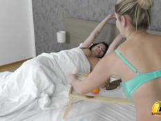 Сиськастая лесби блондинка теребит киску грудастой беременной шатенке