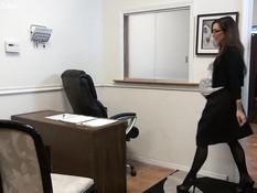 Мужик в офисе отпердолил в анус беременную риелторшу в сетчатом белье