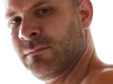 Два мускулистых татуированных мужчины занялись гей сексом на кровати