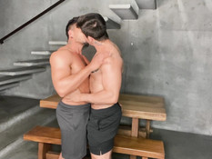 Два атлетичных латинских гея с тату на теле ебутся в анус на лестнице