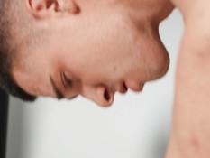 Молодой мускулистый гей отпердолил небритого дружка и кончил в очко