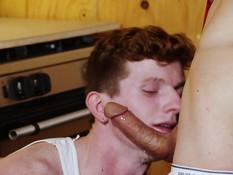 Молодой сантехник и кудрявый парень гей оттрахали друг друга в очко
