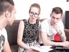 Русскую студентку в очках отымели во все дырки двое её однокурсников