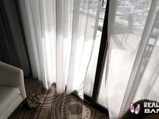 Молодая татуированная шатенка в очках теребит бритую пизду на балконе
