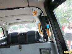 Таксист отымел и обкончал на заднем сиденье молодую сисястую шатенку