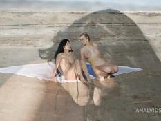 Мулат отпердолил на песчаном пляже в анал двух голых белых девчонок