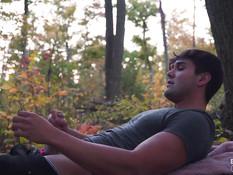 Влюблённая молодая пара занимается сексом на полянке в осеннем лесу