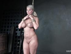 Обнажённую сисястую блондинку выпороли по жопе и оттрахали вибратором