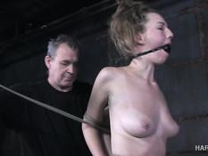 Симпатичная молодая секс рабыня выпорота и оттрахана фаллоимитатором