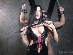 Темноволосая русская госпожа отсосала у здорового раба и дала в киску
