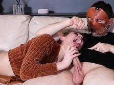 Мужик в маске заставляет молоденькую шатенку сделать глубокий минет