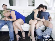 Две пышные сисястые жены свингерши занялись сексом со своими мужьями