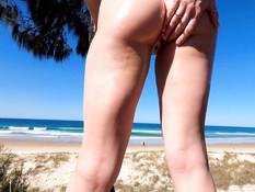Озорная грудастая девчонка отпердолена на пляже во влагалище и анус