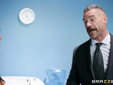 Усатый босс отымел на столе в офисе сисястую темноволосую секретаршу
