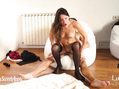 Три вебкам модели отсасывают и занимаются групповым сексом в квартире