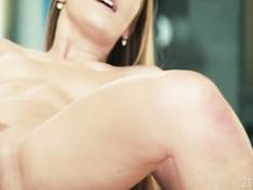 Парень отодрал в анал стройную молодую блондинку на коврике для йоги