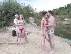 Две молодые пары русских свингеров занимаются сексом на речном пляже
