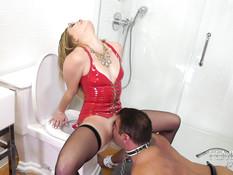 Покладистый раб лижет пизду и анус молоденькой светловолосой хозяйке