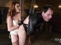 Рыжеволосая молодая госпожа отшлёпала раба и отымела страпоном в анус