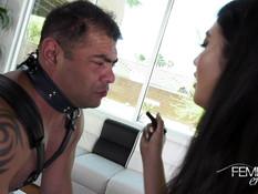 Темноволосая азиатская госпожа ебёт страпоном мускулистого секс раба