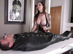 Высокая татуированная госпожа с большой грудью дрочит член секс рабу
