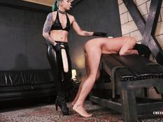 Молодая домина с татуированным телом отымела раба большим страпоном