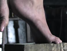 Связанная темноволосая рабыня выпорота и отпердолена фаллоимитатором