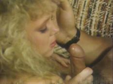 Блондинка с кудрявыми волосами сосёт пенис и даёт в волосатую пизду