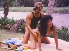 Отлизал волосатую киску молодой брюнетке и отодрал её на берегу реки