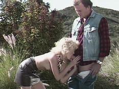 Любовник трахает худую кудрявую блондинку на траве и кончает на грудь