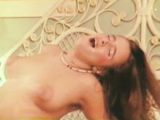 Бородатый мужчина ебёт грудастую девку на кровати в волосатую пизду