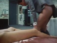 Отлизал грудастой блондинке волосатую киску и оттрахал её на кровати