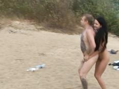 Бешеный групповой секс русских свингеров на отдалённом речном пляже