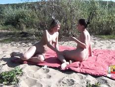 Две русские девки и трое парней занялись свинг сексом на речном пляже