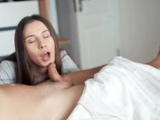 Грудастая русская тёлка разбудила парня минетом и соблазнила на секс