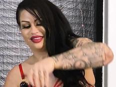 Толстая сиськастая госпожа оттрахала страпоном татуированную рабыню