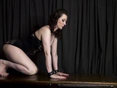 Толстая пышногрудая госпожа оттрахала страпоном сисястую секс рабыню