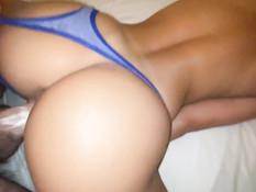 Девушка с косой дрочит вибратором клитор во время секса в позе раком
