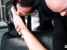 Двое любовников отпердолили в киску и анус стройную молодую брюнетку