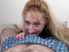 Худая зрелая блондинка с тату на животе ебётся с мужчиной на кровати