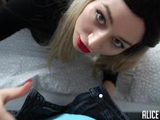 Сексуальная молодая блондинка в чёрных чулках сделала глубокий минет