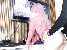 Розововолосая русская милашка с дилдо в анусе трахается в позе раком