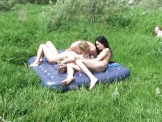 Свинг оргия возле речки трёх грудастых русских девок с тремя парнями